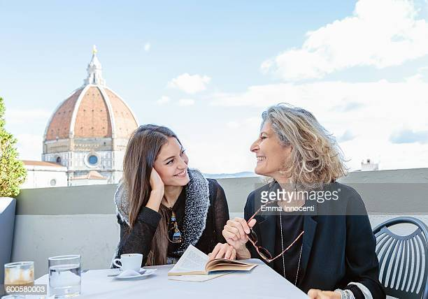 mum and daughter on holiday at florence dome - florence italy foto e immagini stock