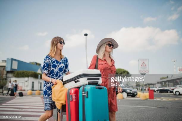 moeder en dochter op hun weg naar het hotel - aankomst stockfoto's en -beelden