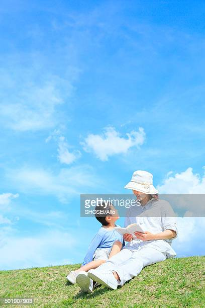 mum and son on a hill, japan - 2 5 months stock pictures, royalty-free photos & images