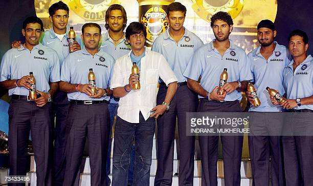 Bollywood filmstar Shah Rukh Khan poses with members of the Indian cricket team Robin Uthappa Santhakumaran Sreesanth Virender Sehwag Mahendra Singh...