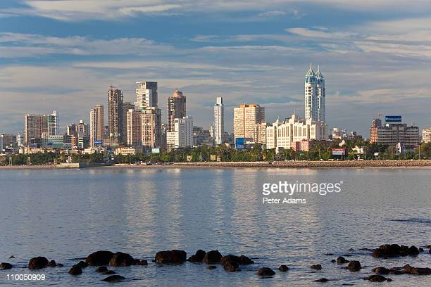 mumbai skyline along marine drive, mumbai, india - ムンバイ ストックフォトと画像
