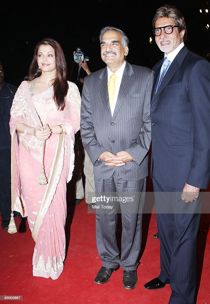 Mumbai`s Commissioner of Police D Sivanandan with Amitabh Bachchan and Aishwarya Rai Bachchan at the annual police show `Umang 09` in Mumbai on...