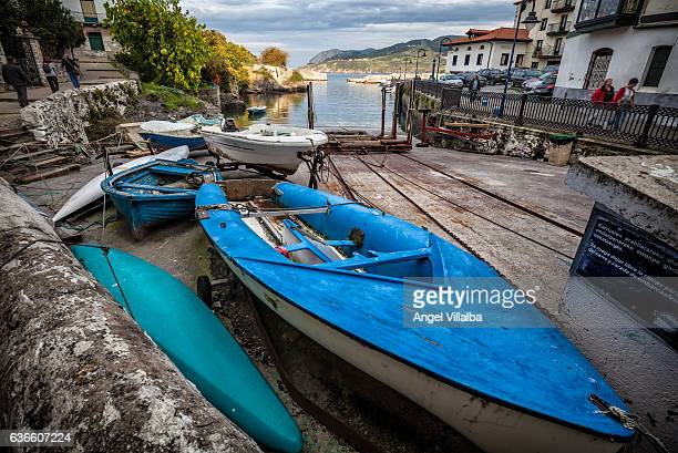 Mundaka. Harbor houses, boats