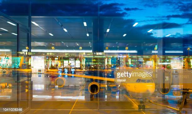 munich airport, terminal building, airplane - airport tarmac stock pictures, royalty-free photos & images