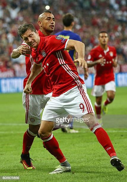Munich Germany UEFA Champions League 2016/17 Season Group D Matchday 1 FC Bayern Muenchen FK Rostov Torjubel bei Arturo Vidal und Robert Lewandowski