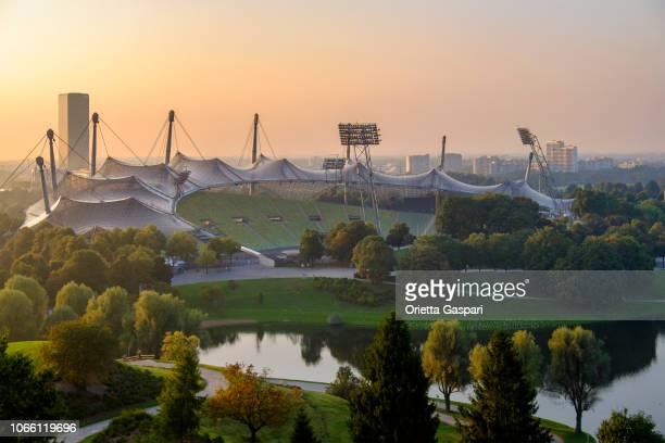 münchen, olympiastadion (beieren, duitsland) - olympisch park sportlocatie stockfoto's en -beelden