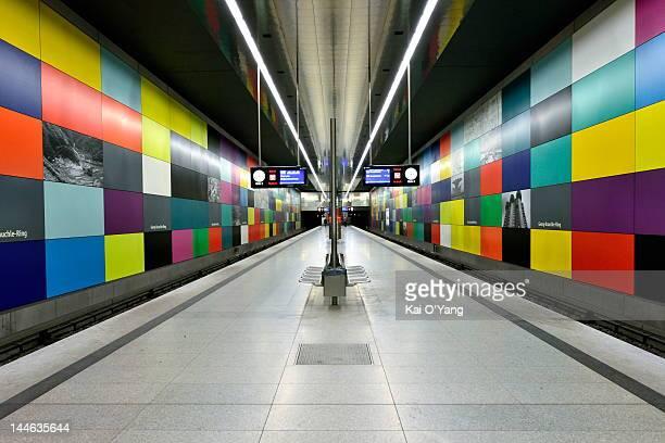 munich u-bahn station - u bahnsteig stock-fotos und bilder