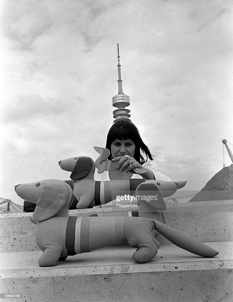 "Munich, West Germany, 4th September 1971, Three examples of ""Waldi"", the official mascot of the Munich 1972 Olympic Games : News Photo"