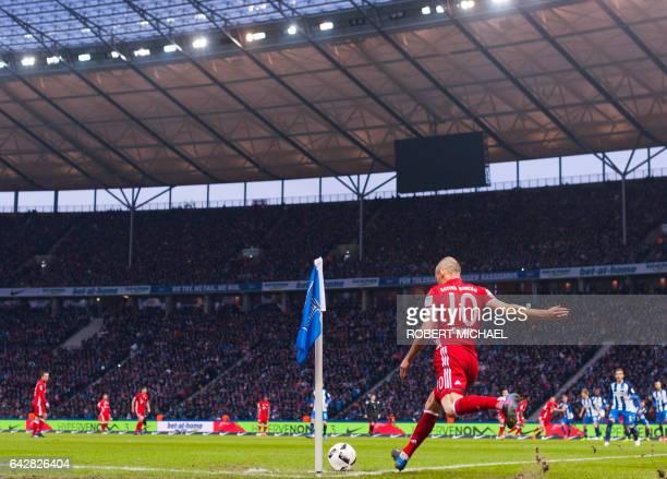 Munich's Dutch midfielder Arjen Robben kicks in a corner during the German First division Bundesliga football match Hertha Berlin vs Bayern Munich in...