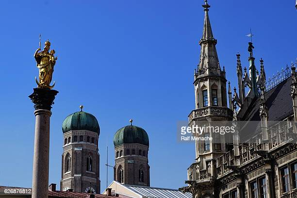 munich´s landmark. marienplatz with saint mary, frauenkirche and town hall. - marienplatz stock pictures, royalty-free photos & images