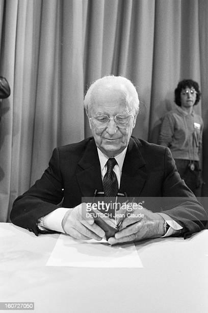 Gaston Defferre And Jeanclaude Gaudin Face To Face En France le 13 mars 1983 Ambiance sur le plateau de FR3 Marseille avant le débat qui oppose...