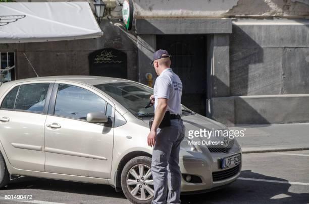 Employé municipal valider les temps de stationnement d'une voiture