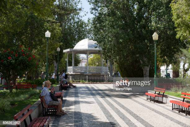 jardines municipales y kiosco en tavira - portugal - faro city portugal fotografías e imágenes de stock