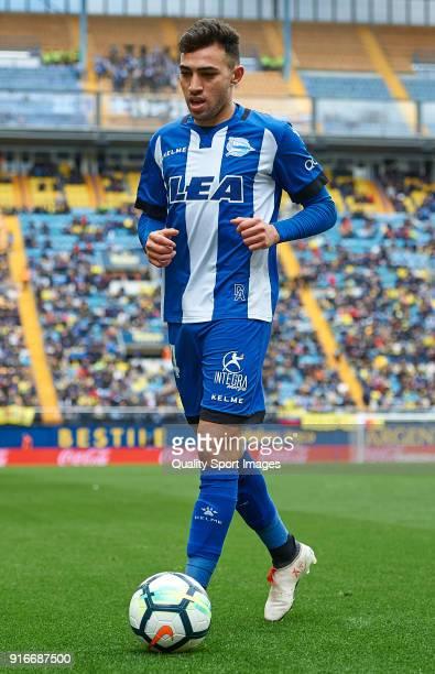 Munir El Haddadi of Deportivo Alaves controls the ball during the La Liga match between Villarreal and Deportivo Alaves at Estadio de la Ceramica on...