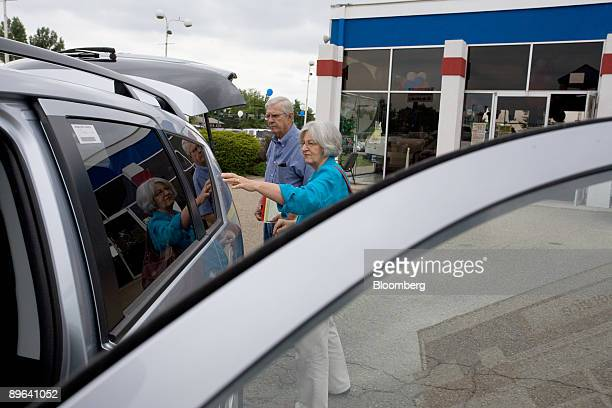 Munsey and Mary Jo Ayers look at a new Mitsubishi Outlander at Skyline Mitsubishi in Thornton Colorado US on Friday July 3 2009 Suzuki Motor Corp and...