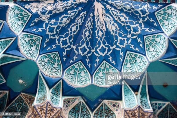 muqarna vaulting of mausoleum in shah-i-zinda in samarkand - mausoleum stock-fotos und bilder