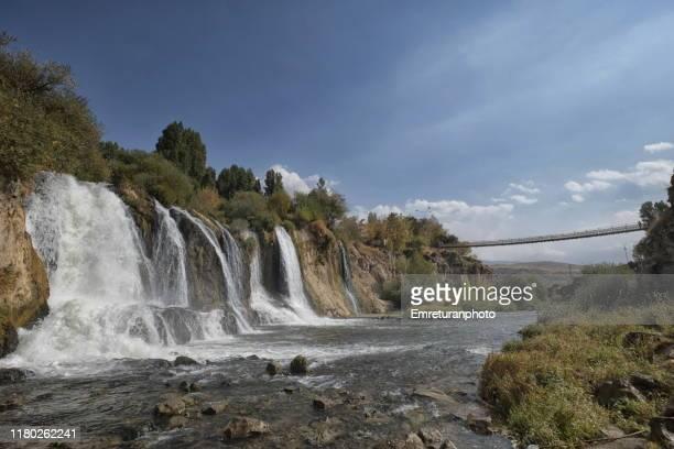 muradiye waterfalls and footbridge across the river,eastern turkey. - emreturanphoto - fotografias e filmes do acervo