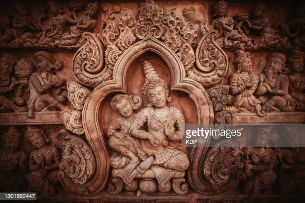 mural and wall sculpture of thai art storytelling styles, wall building feature background. - linda rama imagens e fotografias de stock