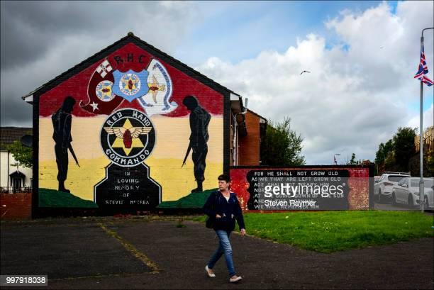 mural commerates protestant fighters in shankill road neighborhood of belfast - belfast murals photos et images de collection