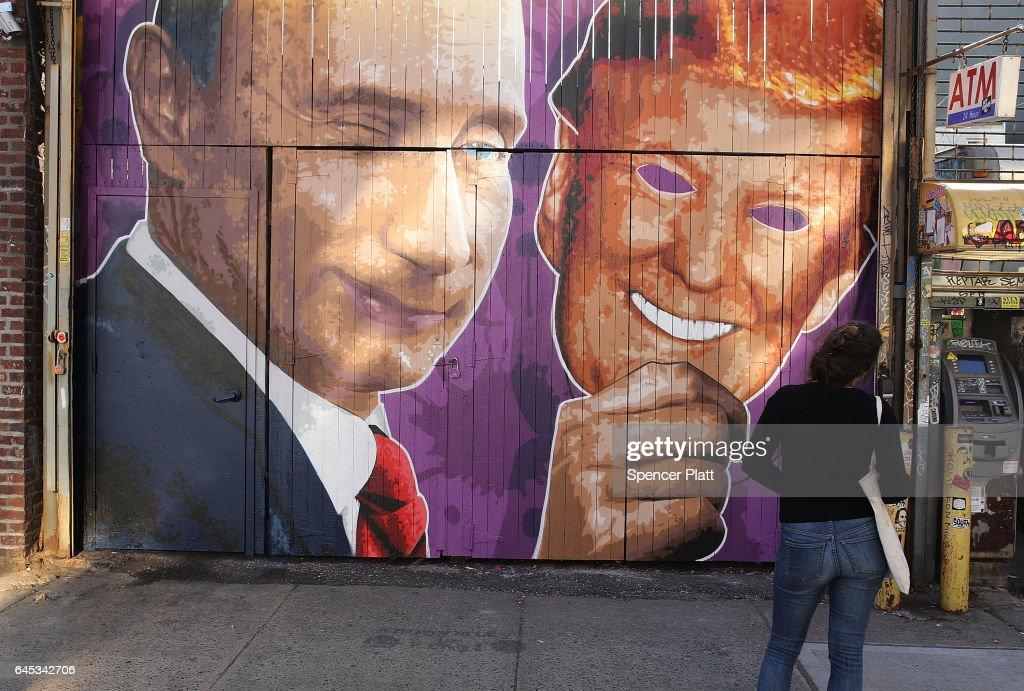 Street Mural In Brooklyn Depicts President Trump In Russian President Putin's Hand : Nieuwsfoto's