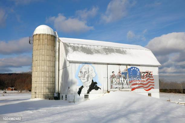 mural on barn in cleveland township in winter - rainer grosskopf fotografías e imágenes de stock
