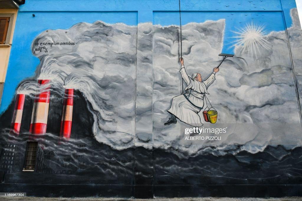 TOPSHOT-ITALY-VATICAN-POPE-ALBANO : News Photo