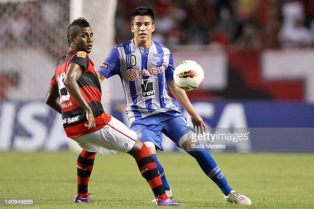Muralha of Flamengo struggles for the ball with Fernando Gaibor of Emelec during a match between Flamengo and Emelec as part of Santander...