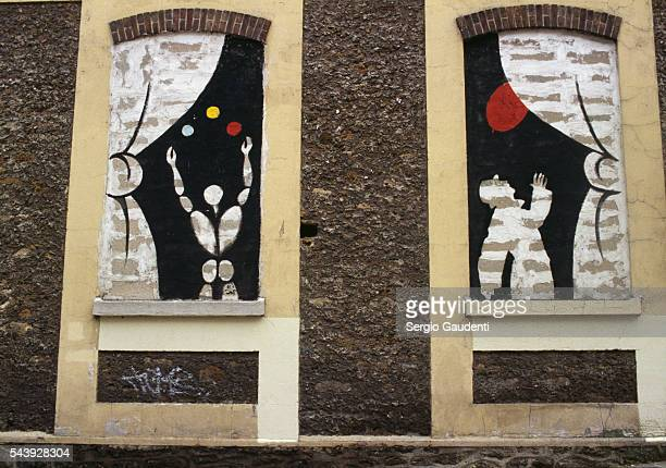 Murals by French artist Jerome Mesnager decorate much of the Menilmontant et Belleville neighborhoods