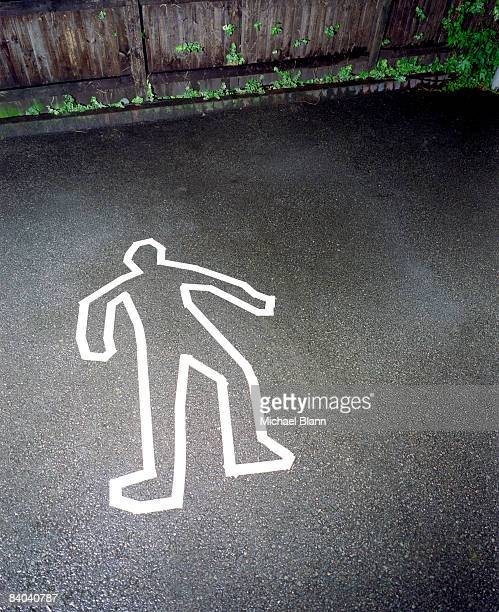 murder crime scene with white outline of man - mord stock-fotos und bilder