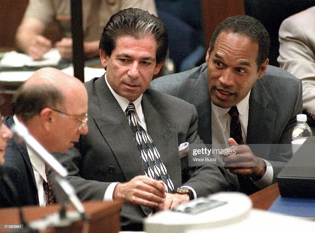 Murder defendant O.J. Simpson (R) consults with frie : Nachrichtenfoto