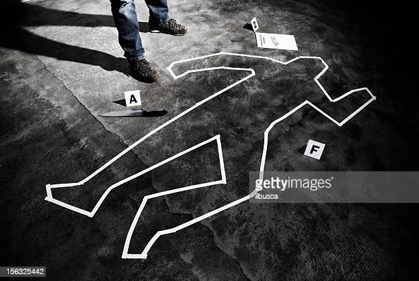 murderer back on the crime scene - dead body stockfoto's en -beelden