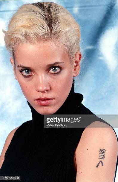 Muriel BaumeisterNoel Porträt Studio geb 24 Januar 1972 Sternzeichen Wassermann blond Tätowierung Schauspielerin Promis Prominente Prominenter