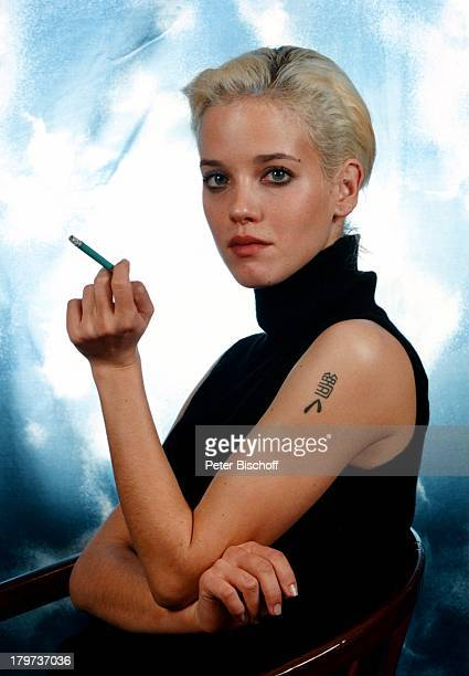 Muriel BaumeisterNoel Porträt Studio geb 24 Januar 1972 Sternzeichen Wassermann Zigarette Tätowierung Schauspielerin Promis Prominente Prominenter