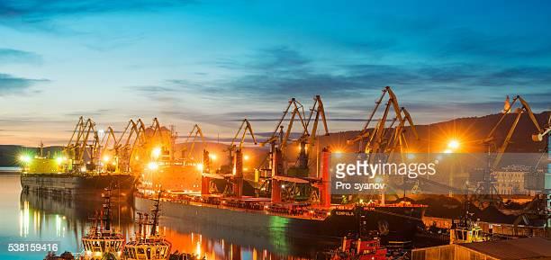 Murmansk Meer Handelshafen am Abend.