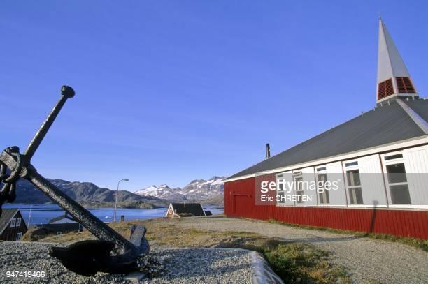 Murs aux couleurs vives comme toutes les maisons de la region Au fond la baie d'Angmagssalik au pied des montagnes de Polhems Fjold Region...