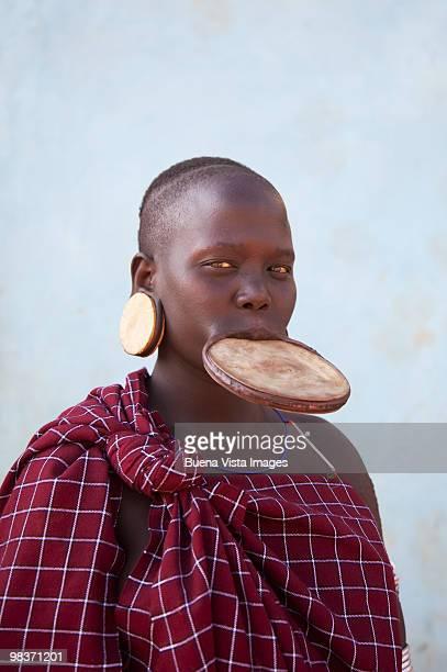 mursi woman with clay lip plate - tribu mursi fotografías e imágenes de stock