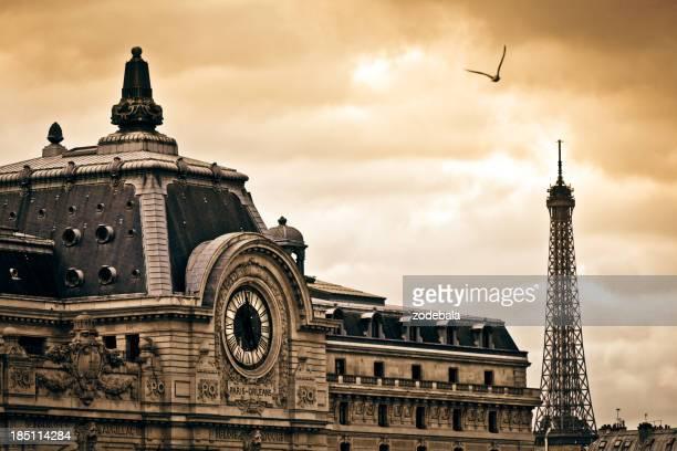Musée d'Orsay et de la Tour Eiffel à Paris au coucher du soleil, en France