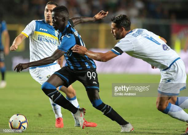 Musa Barrow of Atalanta BC is challenged by Edoardo Goldaniga of Frosinone Calcio during the serie A match between Atalanta BC and Frosinone Calcio...