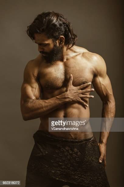 golpe al cuerpo musculoso barbudo - desnudos masculinos fotografías e imágenes de stock