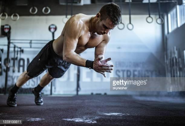 spier bouwatleet die dwars pasvormopleiding in een gymnastiek heeft. - gespierd stockfoto's en -beelden