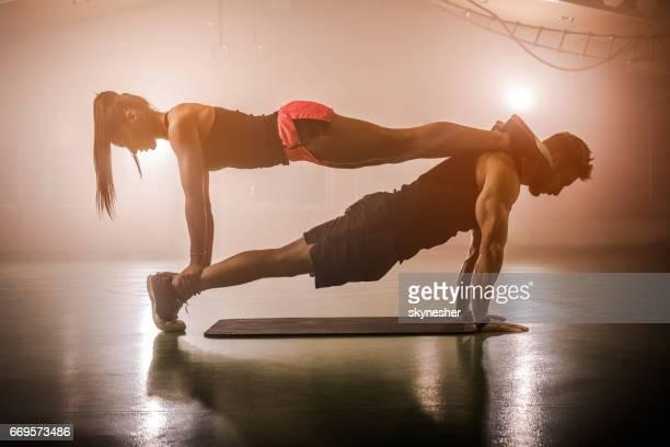 Construction musculaire athlètes de coopérer sur une formation croisée dans un club de santé.