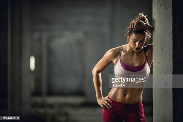 Muskulös Sportlerin müde nach dem Sporttraining.