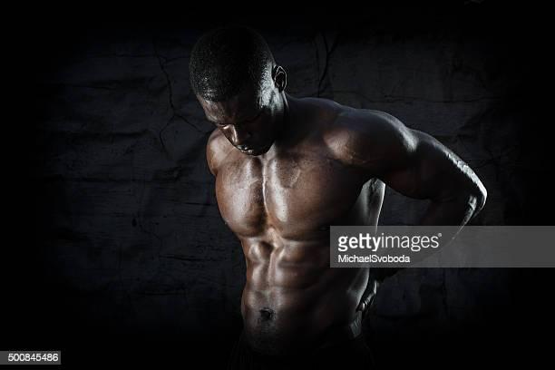Musculaire homme de Pain sur un fond noir