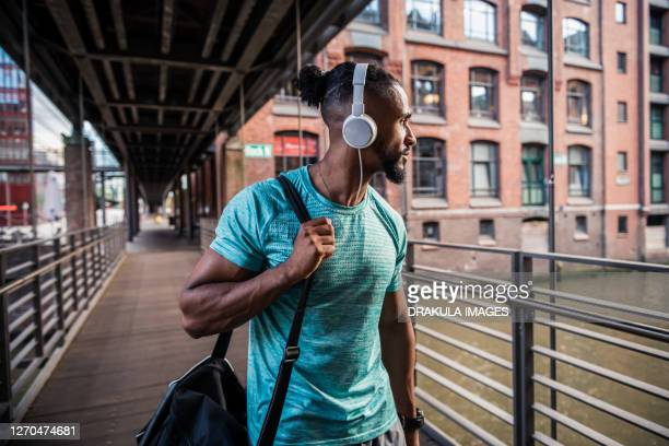 muscular man in sportswear on his way to the gym - marquer photos et images de collection