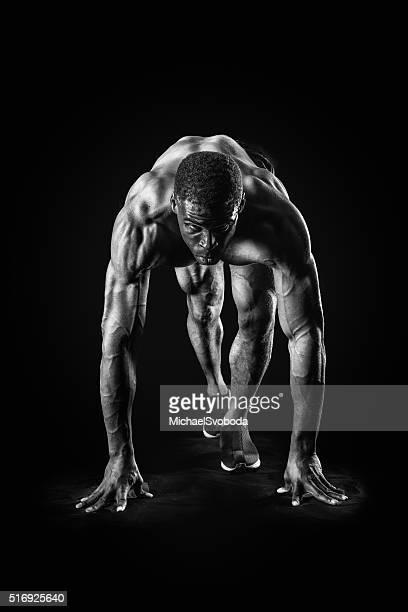 筋肉の男性の開始位置のレース
