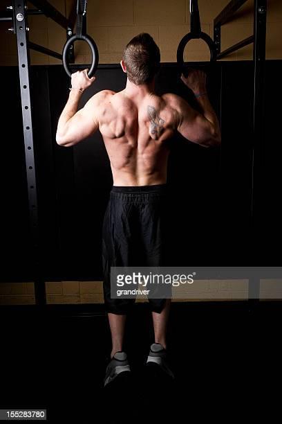 Muskuläre Mann auf Turnringe