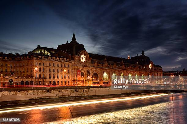 musée d'orsay and seine river at night - musee d'orsay stock pictures, royalty-free photos & images