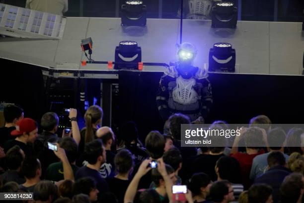 """Muse """"Drones""""-Tour Muse besteht aus Matthew Bellamy , Christopher Wolstenholme und Dominic Howard . Muse verbindet stilistisch Alternative, Hard und..."""