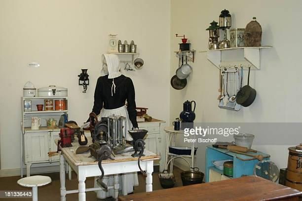 Museum Alte Feste Windhoek Hauptstadt von Namibia Afrika ProdNr 109/2006 Küche Schaufensterpuppe Küchenschrank Töpfe Tisch Hocker Reise
