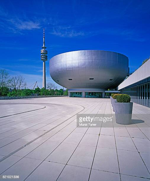 bmw museum and olympic tower in munich - parc olympique lieu photos et images de collection